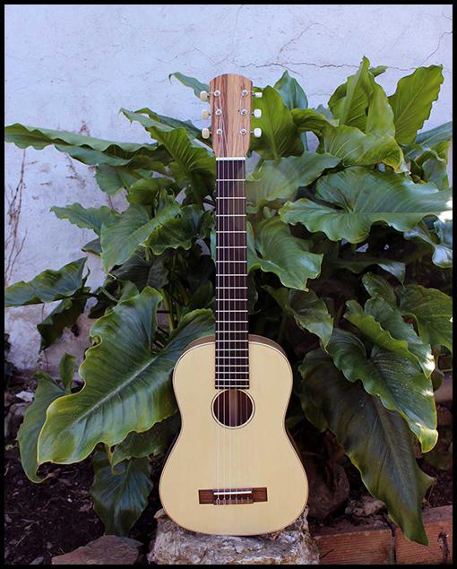 Guitarra de viaje modelo estándar Santi de Matías Costa Luthier